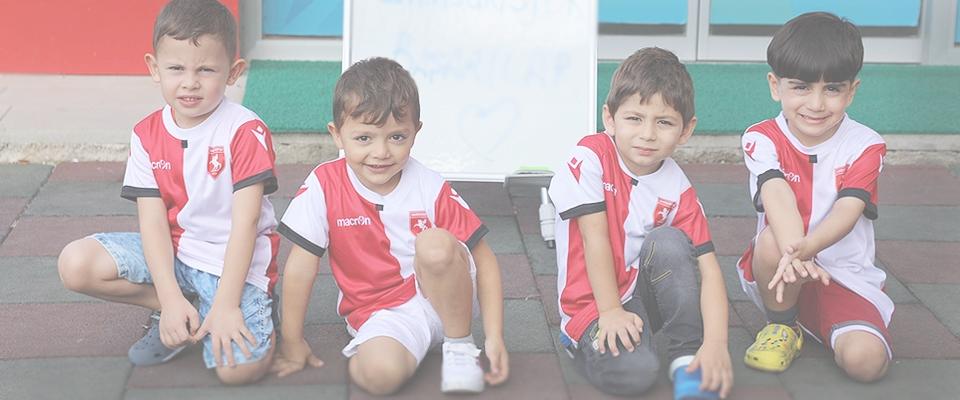 Minikler Giydikleri Kırmızı-Beyaz Formaları İle Samsunspor'a Moral Desteği Oldular